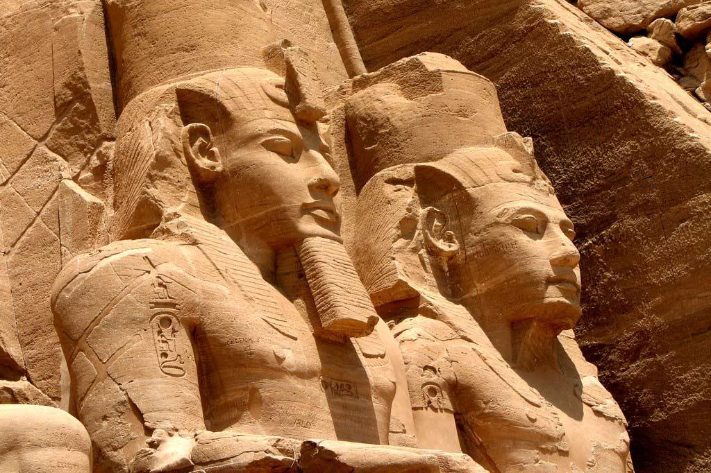Абу-Симбел — пещерный храм Рамсеса II и его супруги Нефертари
